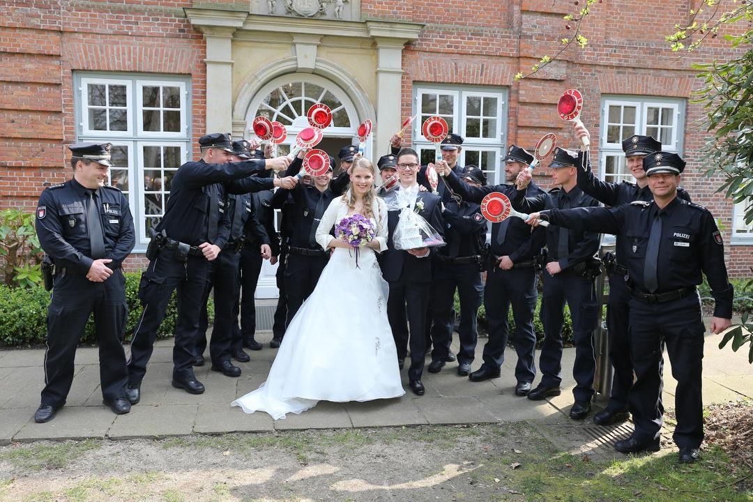 Die Kollegen von der Polizei gratulieren dem jungen Brautpaar