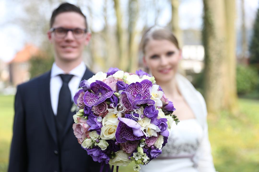 Brautpaar zeigt den Brautstrauß, Hochzeitsfotos von Peter Vogel, Hamburg