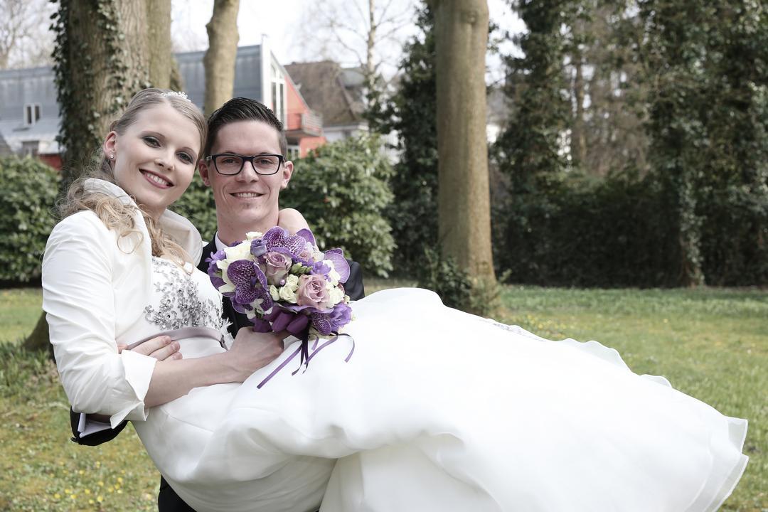 Brautpaarfoto mit weißem Brautkleid, Hochzeitsfotos von Peter Vogel, Hamburg