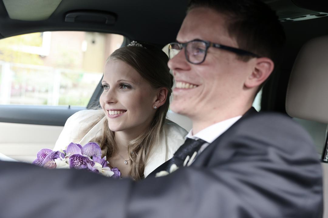 Junges Brautpaar im Auto, Hochzeitsfotos von Peter Vogel, Hamburg